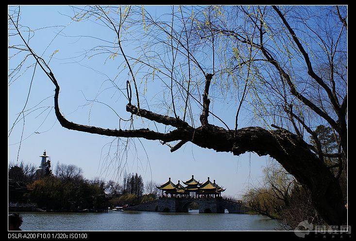 湖光山水画中游扬州瘦西湖   在江南的诸多名城中,杭州以城市山水胜,苏州以私家园林胜,而扬州则是兼两者而有之,且又绝不雷同。扬州之于杭州,瘦西湖之于西湖,好比大家闺秀与小家碧玉,一样的风情万种,却是各有各的妩媚之处。如果说眼睛是一个人心灵的窗户,那么每个城市都有能窥见其心的窗户,瘦西湖就是扬州的这扇窗户。   瘦西湖虽小,却是两堤花柳全依水,一路楼台直到山清代康乾盛世时期既以形成的园林群,融南方之秀,北方之雄于一体,一草一木,一桥一亭,一砖一石,无处不透露出灵秀。瘦西湖全长4.