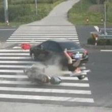 女子骑摩托玩手机 撞上轿车腾空而起