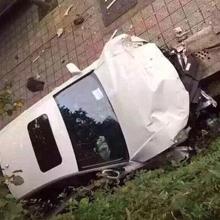 奥迪女司机抢黄灯撞多辆电动车 致2死2伤